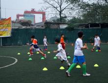 Có nên cho trẻ em học chơi bóng đá?